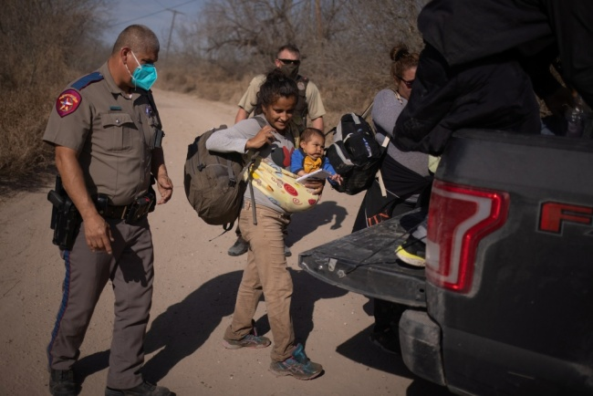 资料图:美国2月在美墨边境拘留近10万移民。
