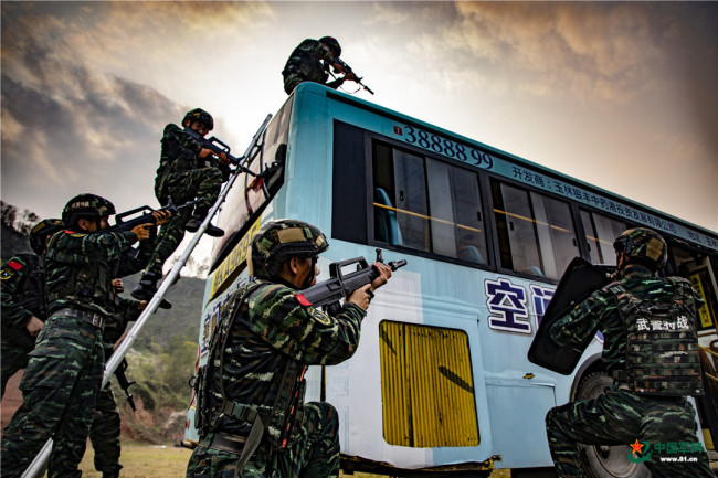 超燃!特战队员开展公交车反劫持演练
