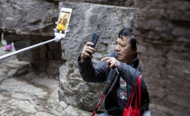 """198元游太行!记者跟访老人""""低价团"""" 套路满满"""
