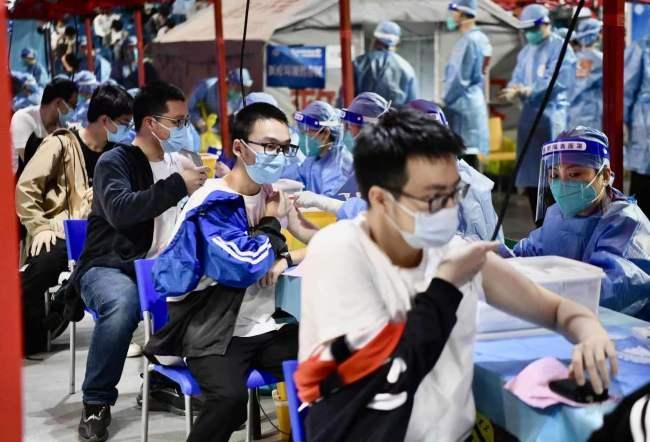 首都高校累计新冠疫苗接种52万人!北大接种现场直击