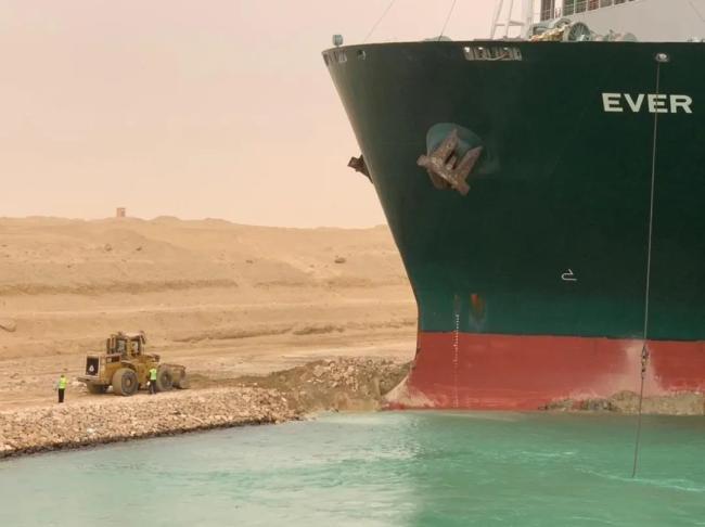 △3月25日,工程机械在埃及苏伊士运河上重型货船搁浅的现场进行作业。