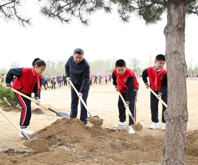 习近平在参加首都义务植树活动时强调 倡导人人爱绿植绿护绿的文明风尚 共同建设人与自然和谐共生的美丽家园