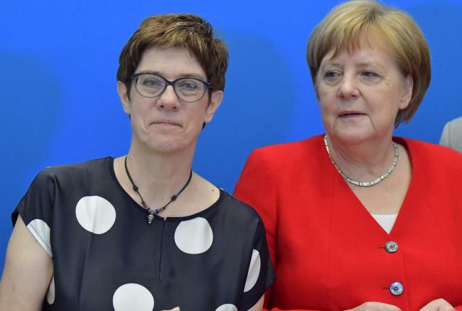德防长卡伦鲍尔与德国总理默克尔 图源:社交平台