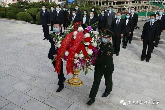 中国驻朝鲜大使馆向中朝友谊塔敬献花篮 祭奠先烈