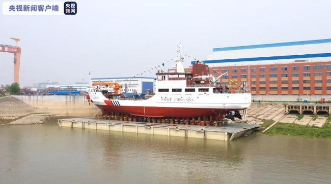 我国首艘具有破冰功能的大型航标船在武汉下水