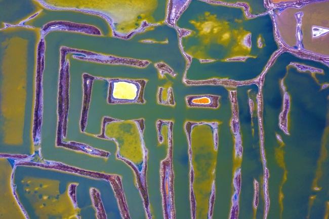山西运城雨后七彩盐湖 色彩斑斓如天然调色盘
