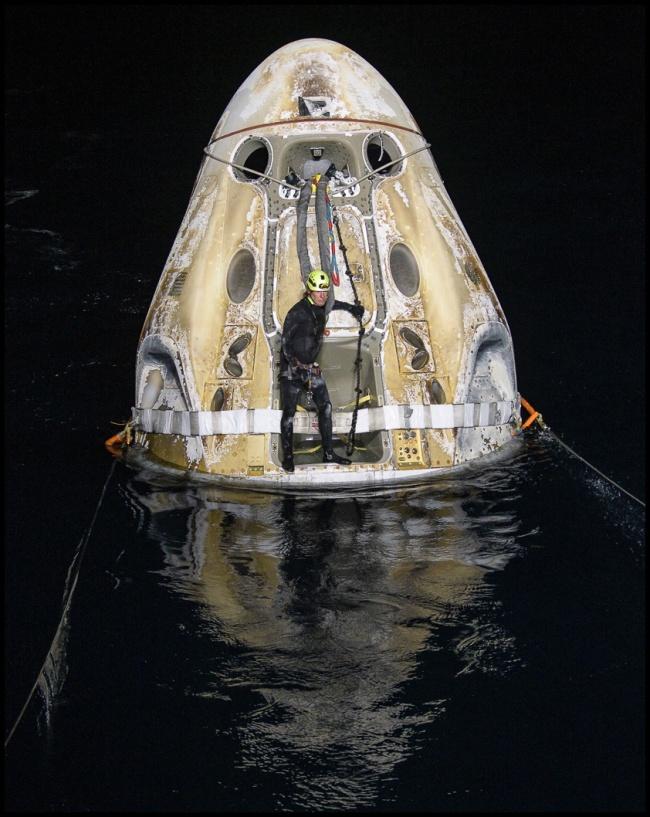 """美国""""龙""""飞船载4名宇航员返回地球,创造美国新历史"""