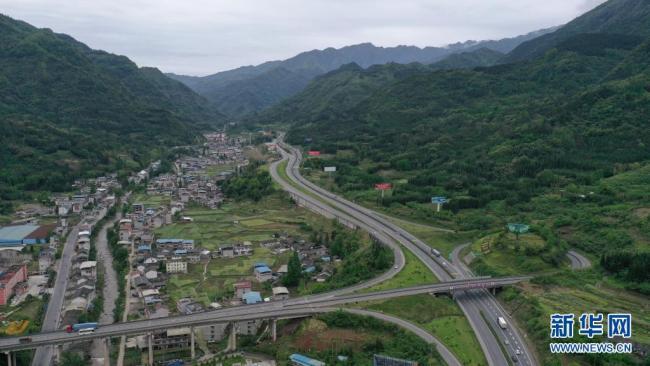"""沿着高速看中国丨""""天梯高速""""的红色回响"""