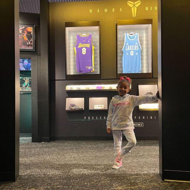 三女儿在为科比设立的独立展厅内合影。图/社交媒体