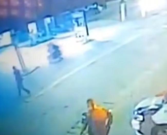 巴西警察投掷物体拦截摩托车致21岁骑手撞车身亡