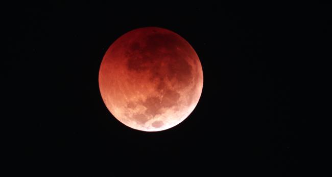 南京天文爱好者协会会员戚浩存2018年7月28日拍摄的月全食照片。(戚浩存本人供图)