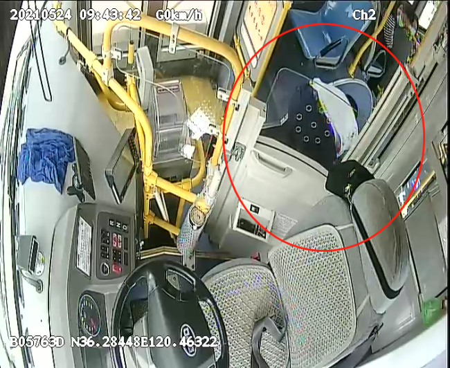 公交车上老人突然抽搐倒地,幸亏他们紧急出手