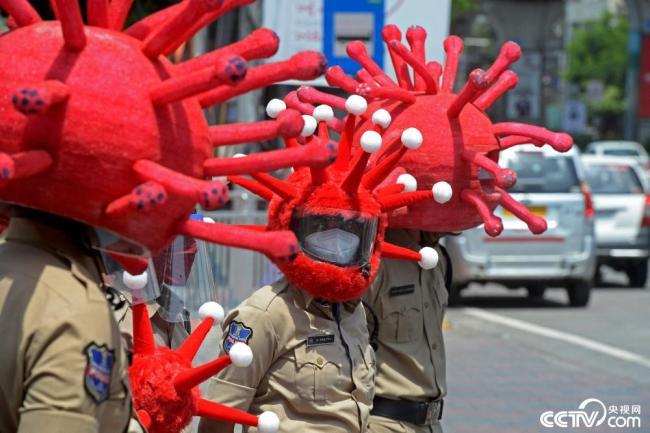 印度警察戴病毒头罩上街