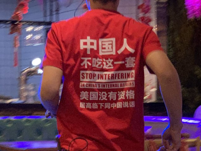 BBC驻华记者在北京吃烧烤,看到店员这么穿