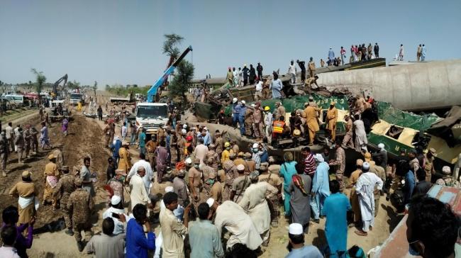 巴基斯坦两列列车相撞 致36死70伤