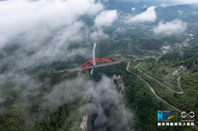 沿着高速看中国  云雾中的渝湘高速细沙河特大桥