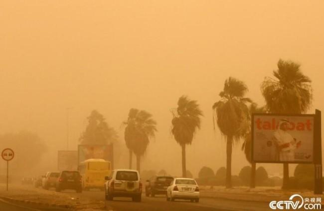 央视网消息:当地时间6月17日,在科威特首都科威特城,建筑物笼罩在沙尘中。当日,科威特城遭遇沙尘暴天气。人民视觉