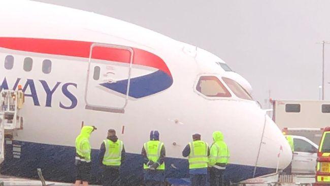 """英航一货机在希斯罗机场停机位上""""倒头触地"""""""