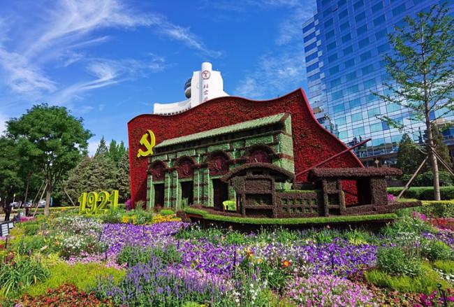 2021年6月20日,庆祝中国共产党成立100周年,长安街沿线10组立体花坛亮相。(图源:人民视觉)_副本.jpg
