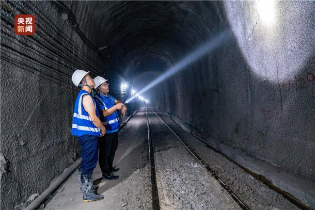 创多项纪录 云南大瑞铁路秀岭隧道贯通