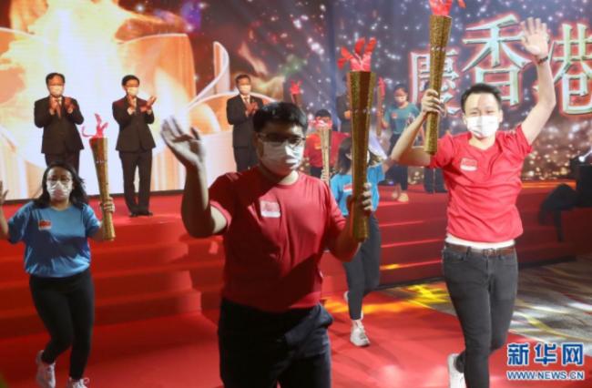 """7月1日,参加香港""""薪火相传""""接力跑的运动员开跑。新华社记者 吴晓初 摄"""