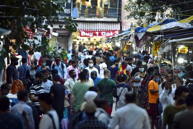 印度2名医生拒绝开新冠阴性假证明 被游客群殴