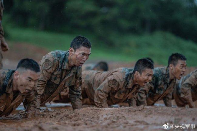 官兵雨中进行强化训练!