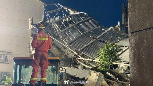 江苏苏州一酒店倒塌已致1人死亡 另有10人失联