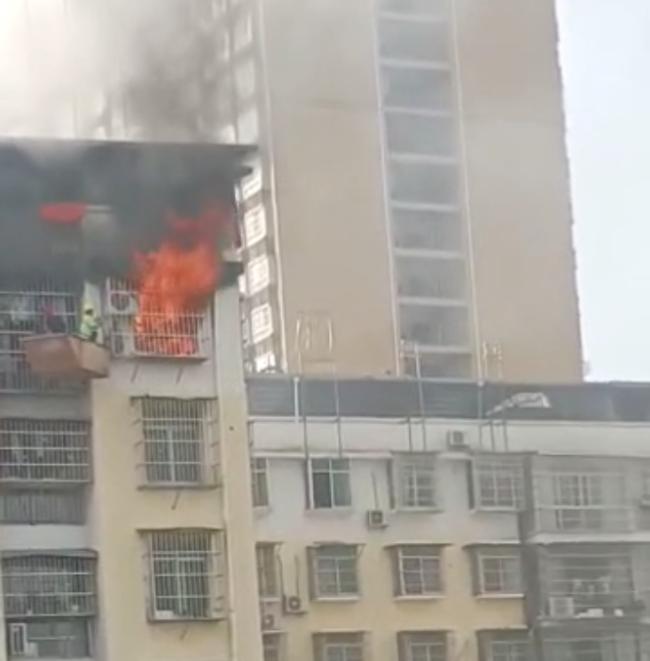 暖流|平凡的英雄!塔吊师傅救出被困火场男孩