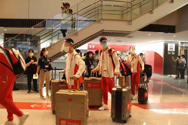 7月18日晚,中国跆拳道队抵达东京成田机场。