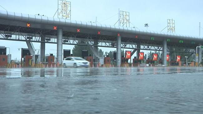 河南暴雨破极值:市民爬树 少林被淹 汽车被冲走