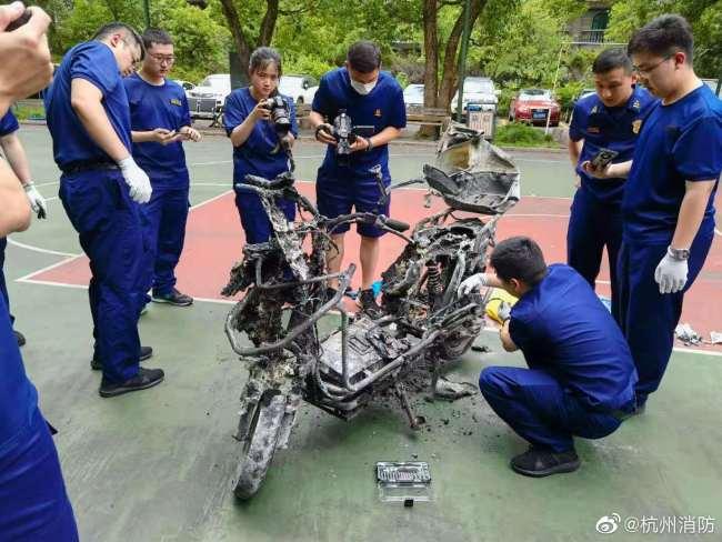 杭州父女电动车骑行中起火 消防初判:锂电池故障