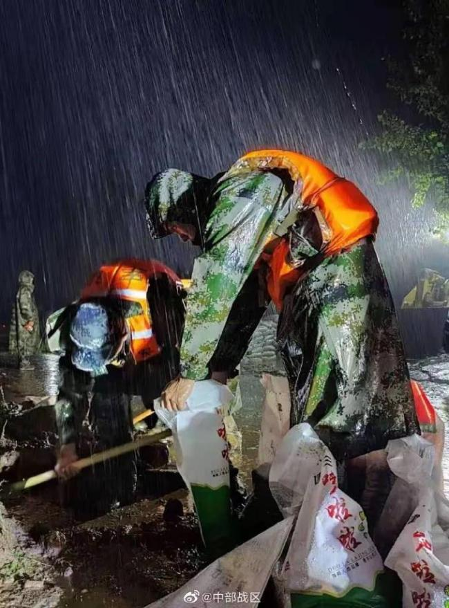 河南多地暴雨,子弟兵已出动奔赴救援一线!河南挺住!