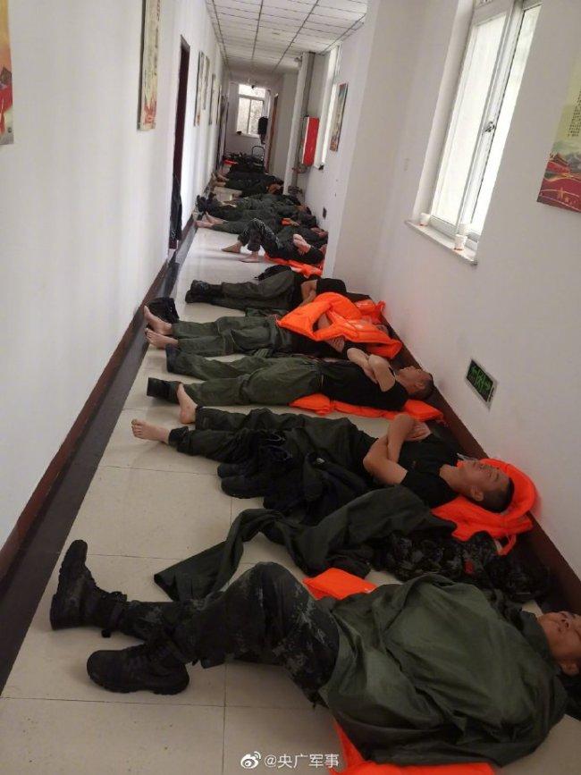 抗洪一线!武警官兵连夜奋战后席地而睡
