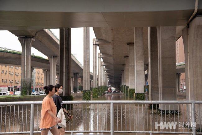 郑州强降雨暂停 路面积水慢慢消退 市民生活逐渐恢复