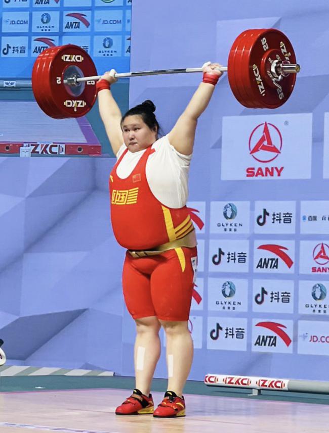 中國300斤舉重女將這樣睡紙板床 網友表示心疼