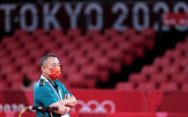 中国乒乓球协会主席刘国梁在训练现场。图/新华社