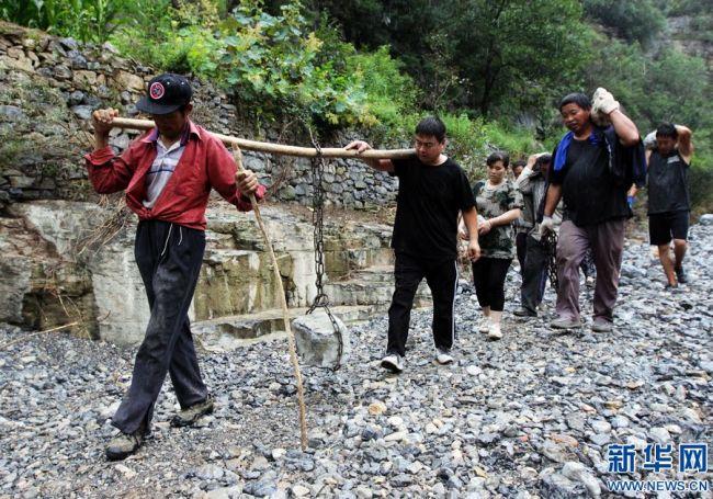 河南博爱:灾后积极自救 打通出村道路