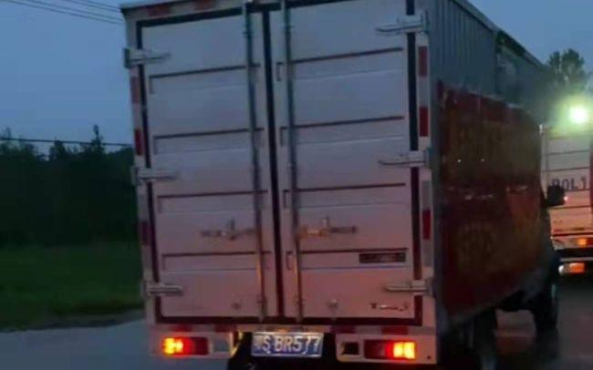 8月13日,救援车队从市区出发,去往乡镇。受访者供图