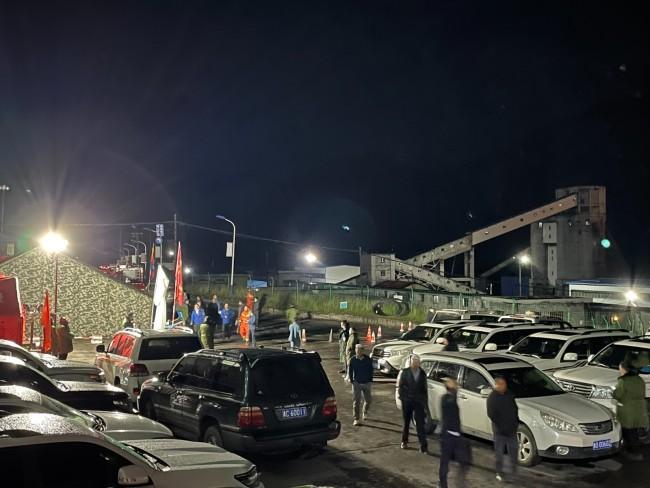 青海柴达尔煤矿冒顶事故救援:19人仍被困井下(图)
