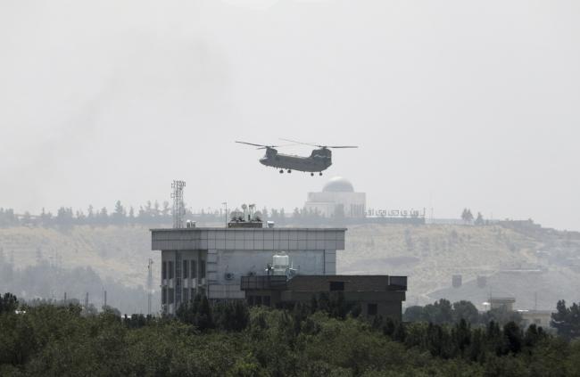 """美军""""支奴干""""直升机15日在美国驻阿使馆上空盘旋,图自澎湃影像"""