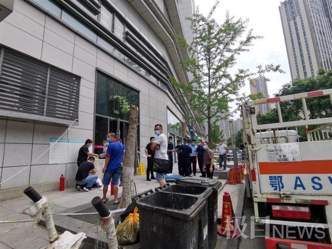 武汉一大厦发生化工品泄漏险情 转运时发生爆响