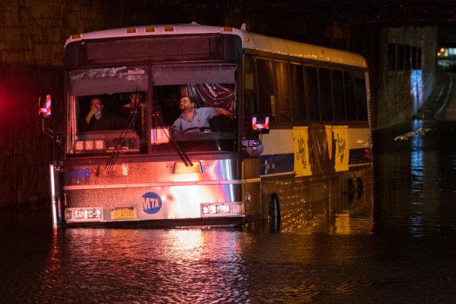 9月2日凌晨,洪水涌入皇后区的地下通道,导致一辆公交车被困。图自纽约时报