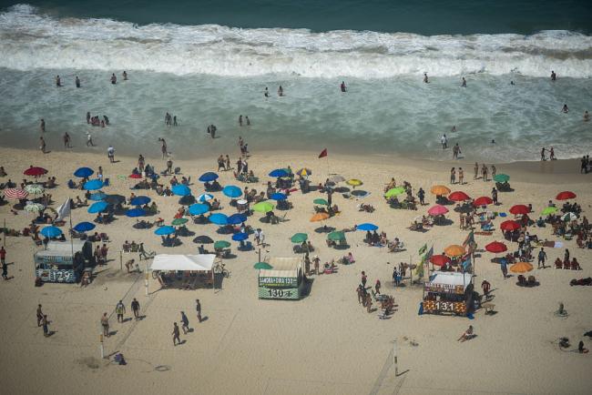 巴西累计新冠确诊病例超2100万例 民众聚集海滩度假