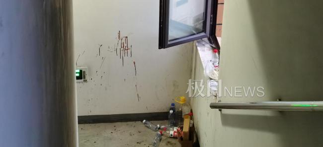 男子与民警对峙处留下很多水瓶()