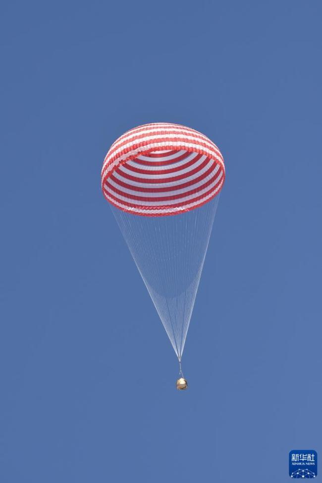 神舟十二号返回舱成功着陆 3名航天员安全顺利出舱