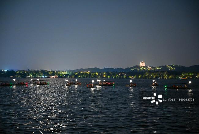 """杭州:西湖推出沉浸式宋风夜游 33艘""""月亮""""船带游客赏月编辑图片素材-ID:1349043378"""