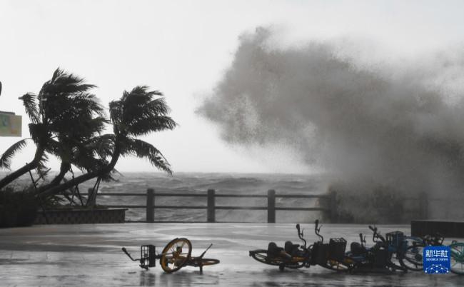 10月13日,在海口市美丽沙路附近的海边,巨浪拍击海岸。