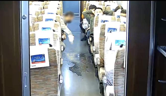 列车上男子越席占座、吐痰、泼茶水,被拘留10日