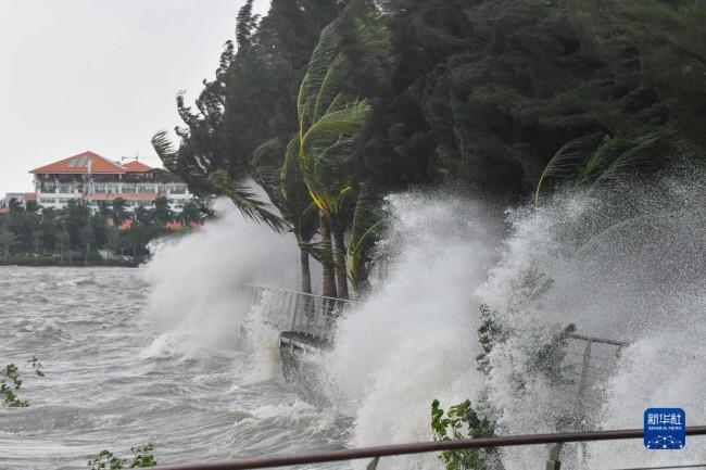 这是10月13日上午10时在海口市海口湾拍摄的风浪。
